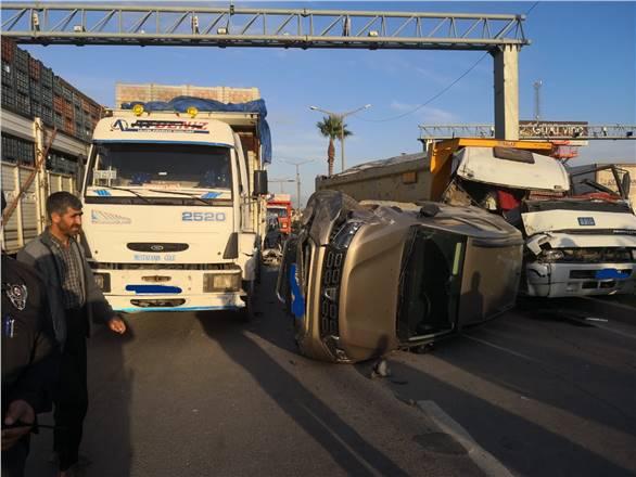 D-400'de 2 Kamyonla 1 Otomobilin Karıştığı Zincirleme Trafik Kazası Meydana Geldi