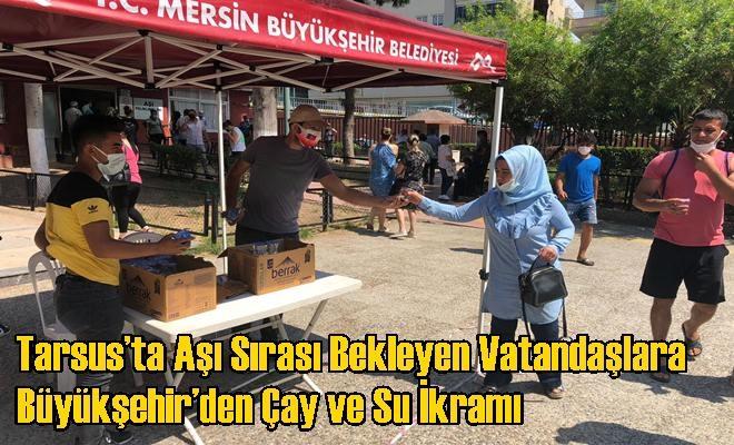 Tarsus'ta Aşı Sırası Bekleyen Vatandaşlara Büyükşehir'den Çay ve Su İkramı