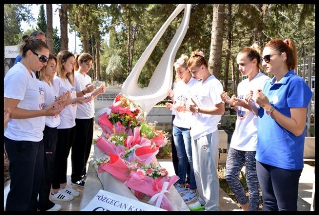 Kadın Basketbolcular Özgecan'ın Mezarını Ziyaret Etti